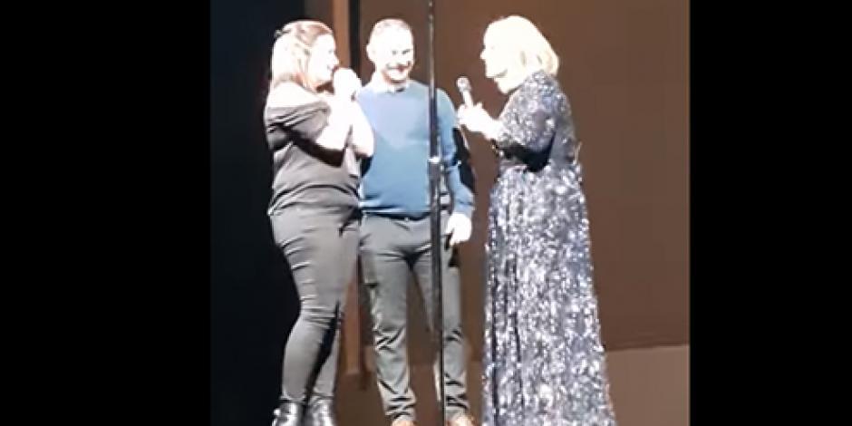 Interrumpe Adele concierto por una propuesta de matrimonio