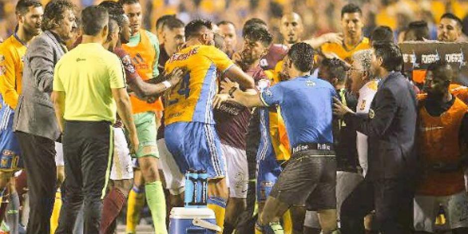 VIDEO: Se desata pleito en la final Tigres-América