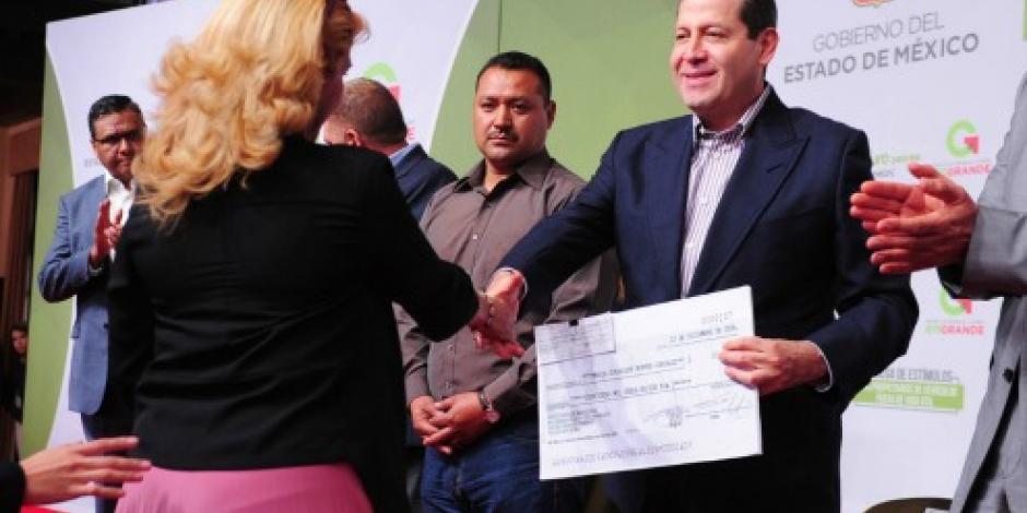 Entrega Eruviel Ávila apoyos para renovar unidades de transporte público en Edomex