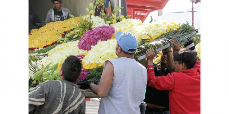 Más de 130 mil  flores adornan su camino a Ecatepec