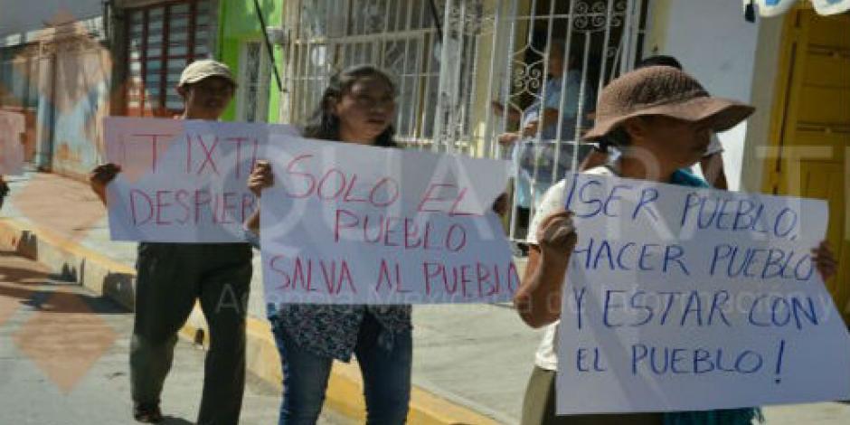 Marchan policías comunitarios en Tixtla, Guerrero