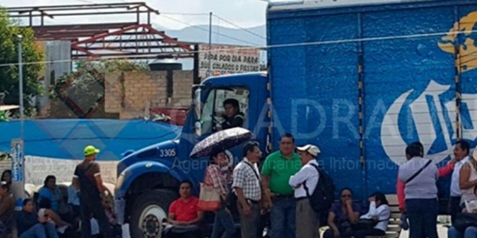 Maestros retienen 2 camiones para bloquear carretera