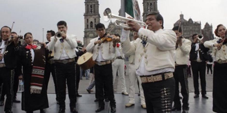 Al son del mariachi mamás festejaron su día en el Zócalo