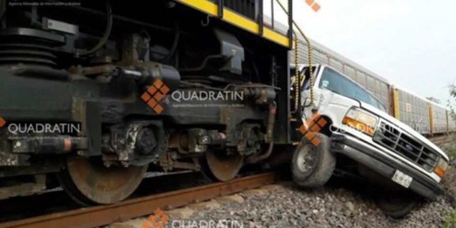 A camioneta se la lleva el tren en Michoacán