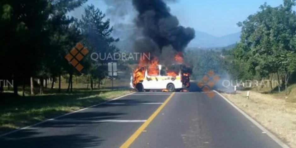 Normalistas queman camiones en Michoacán