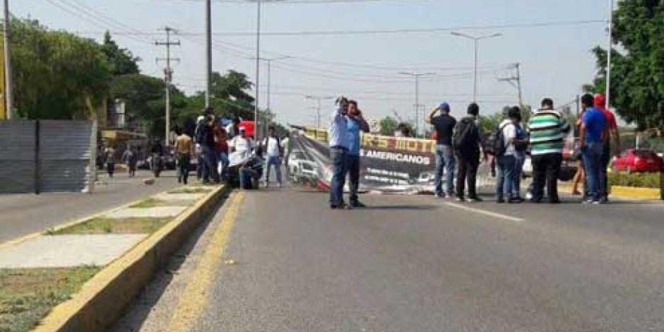 Sección 22 inicia bloqueos en accesos de Oaxaca