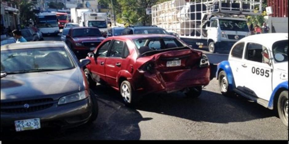 Carambola de 10 coches deja 2 lesionados en Acapulco
