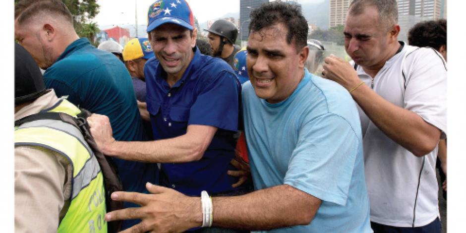 Con camiones, tanques... Maduro bloquea marcha por referéndum