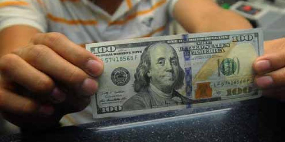 Venden dólar en 17.95 pesos en el AICM