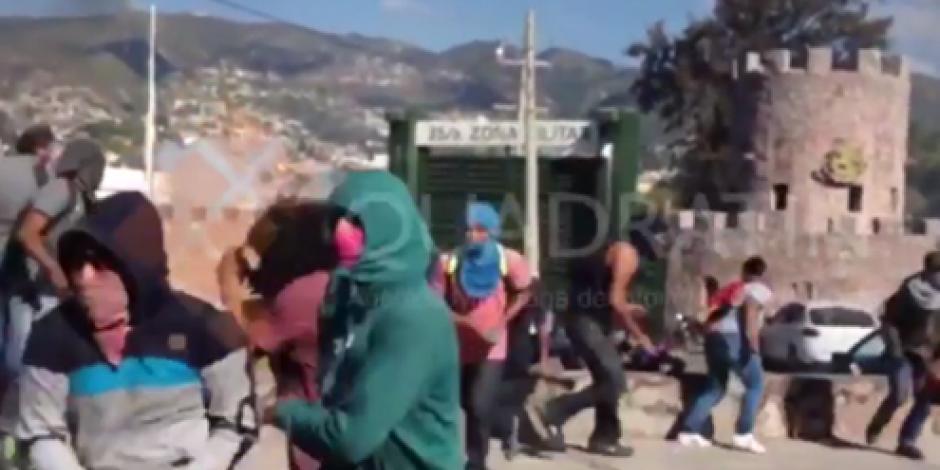 Atacan normalistas con bombas molotov cuartel del Ejército en Chilpancingo