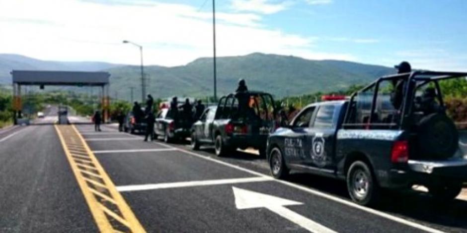 Toman normalistas 5 camiones repartidores en Guerrero