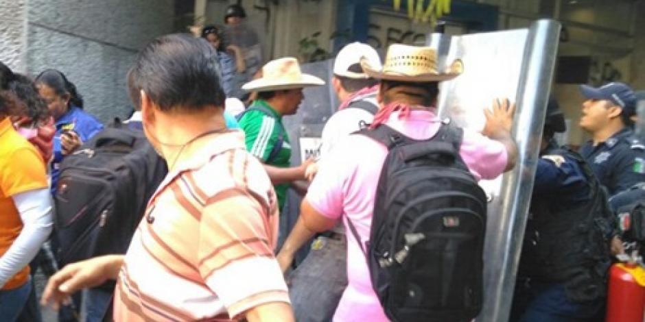 CETEG avienta piedras a policías tras desalojo de oficinas de Finanzas