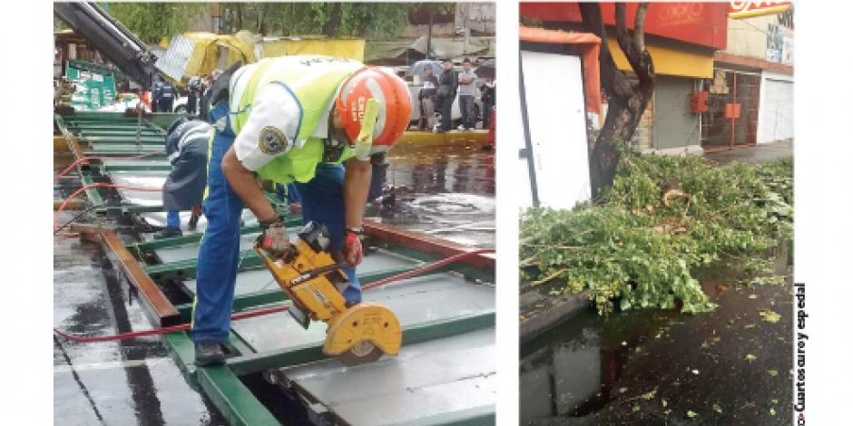 Lluvia tira anuncio vial y causa inundaciones