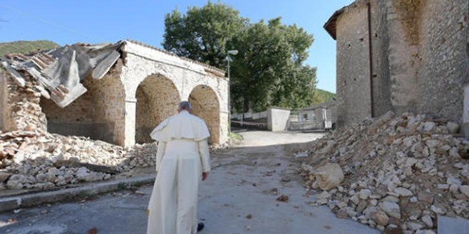 Papa recorre zonas afectadas por sismo en Italia