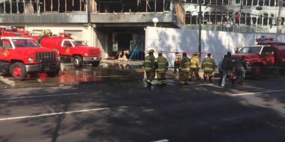 Continúa remoción de escombros en bodega incendiada en Azcapotzalco