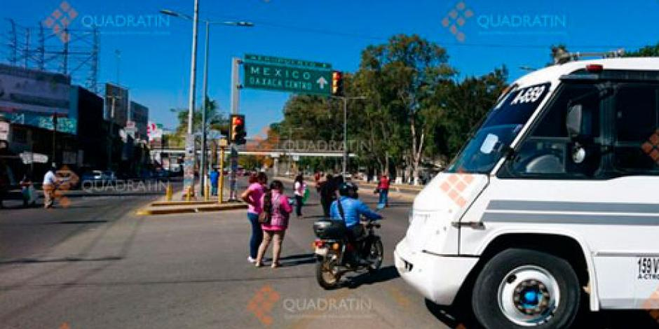 Bloquea personal de estancias infantiles carretera en Oaxaca