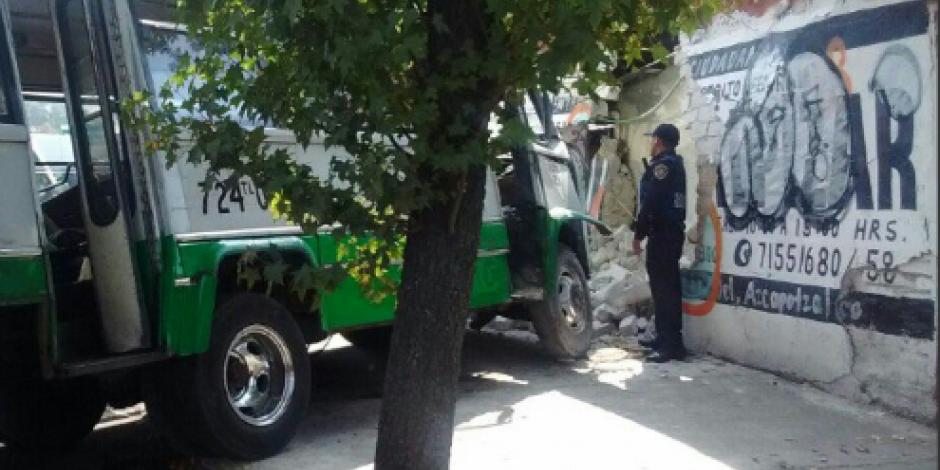 Deja 12 lesionados choque de microbús contra una barda en Azcapotzalco