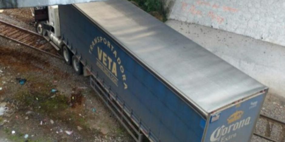 Normalistas bloquean de nuevo vías del tren en Michoacán