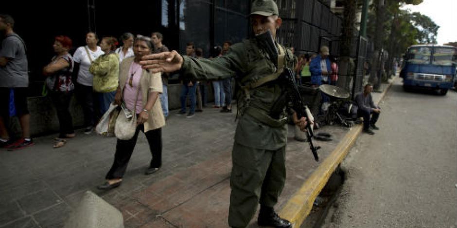 Maduro saca a los militares para evitar saqueos