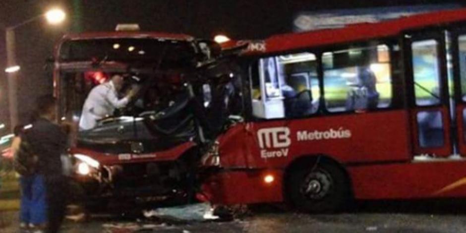 Chocan dos metrobuses en Vallejo