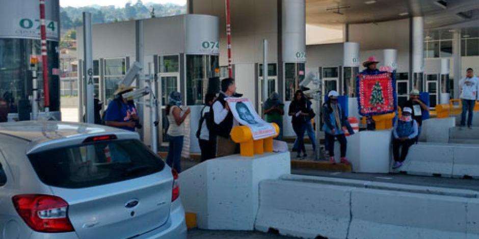 Padres de los 43 se manifiestan en la caseta de Tlalpan