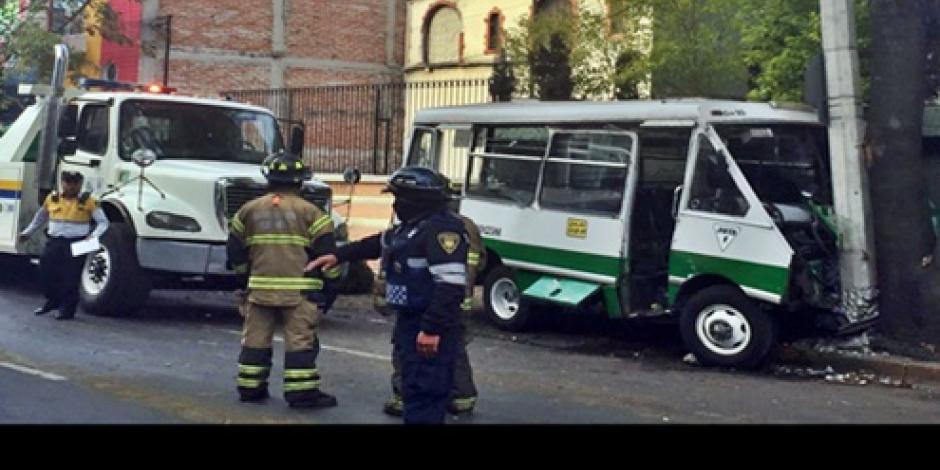 Microbús choca contra poste de luz en la Del Valle, hay 7 lesionados