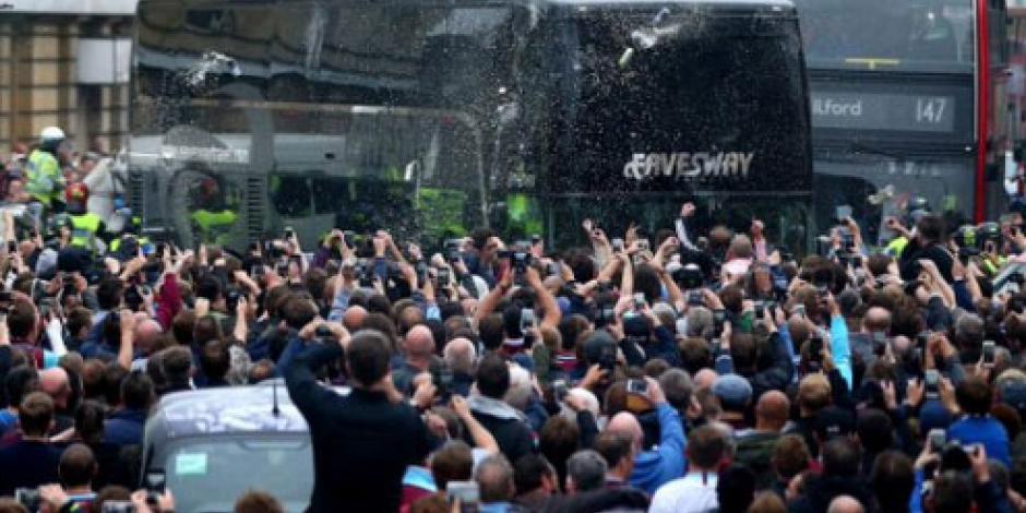 VIDEO: Aficionados del West Ham atacan autobús del Manchester United