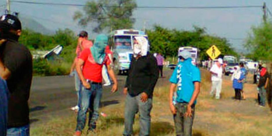 Personas armadas cierran 2 carreteras en  Michoacán