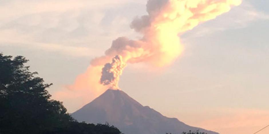 Cae ceniza en zonas aledañas del volcán de Colima