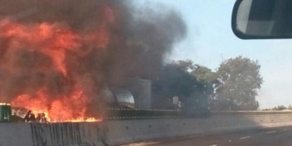 Pipa con gasolina se incendia en la México-Cuernavaca