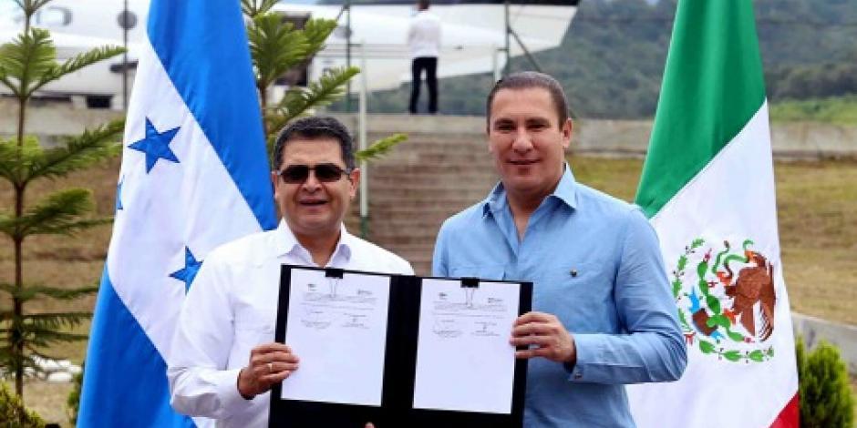 Gobernador de Puebla firma la Declaración de Gracias en Honduras