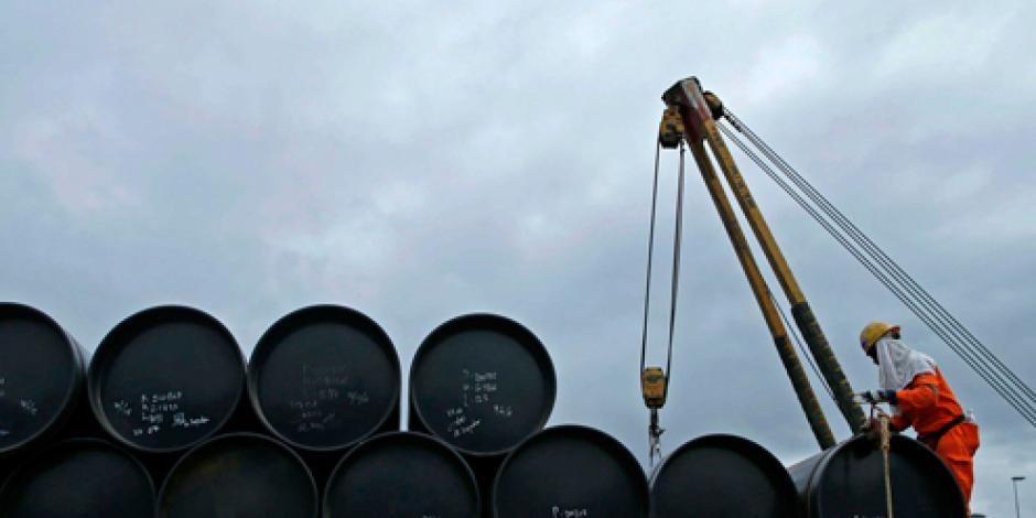 Sube precio del petróleo tras caída en la industria de EU