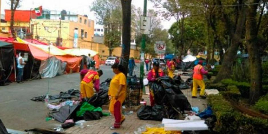 Maestros de la CNTE dejan basurero tras levantar plantón en La Ciudadela