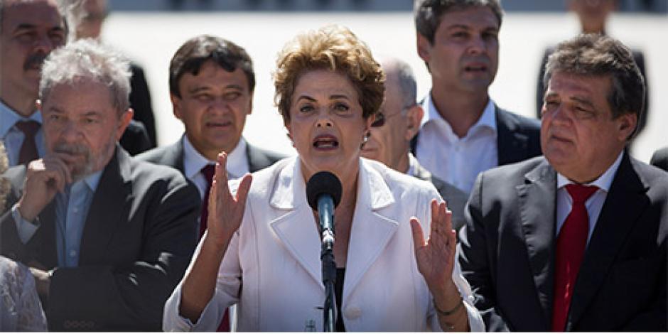 Seguidores arropan a Rousseff al abandonar la Presidencia