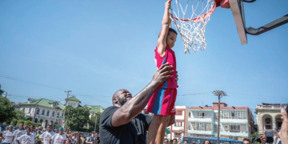 Shaq enseña a jóvenes en La Habana