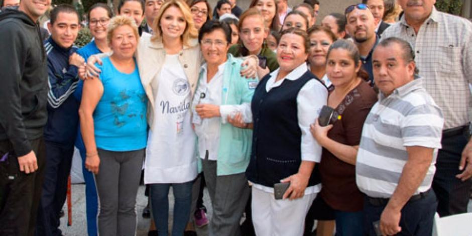 Angélica Rivera visita a familiares del Hospital Juárez