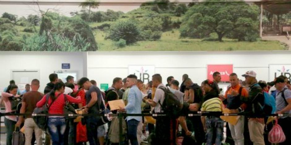 Vuelan a México 113 cubanos varados en Costa Rica