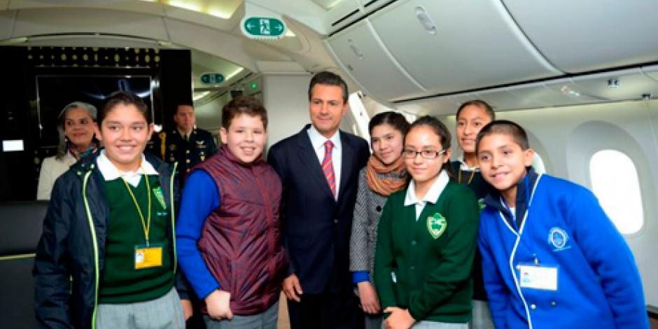 Niños con buenas calificaciones estrenan nuevo avión presidencial