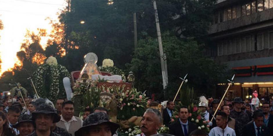 """Peregrinos recorren 9.4 km en tradicional """"Llevada"""" de la Virgen de Zapopan"""