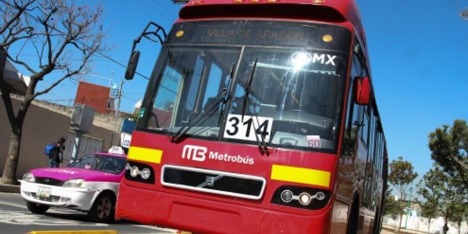 Metrobús atropella y mata a hombre en Insurgentes Norte