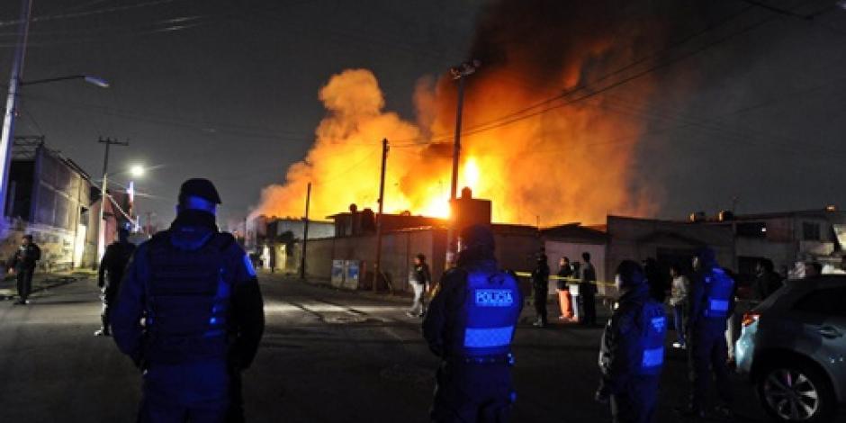 Bomberos controlan incendio en fábrica de hule espuma en Iztapalapa
