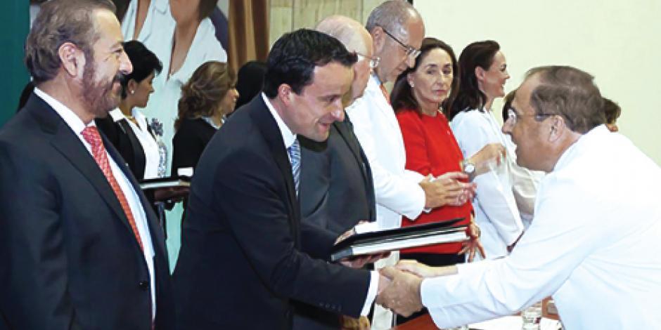 IMSS premia trayectoria de médicos