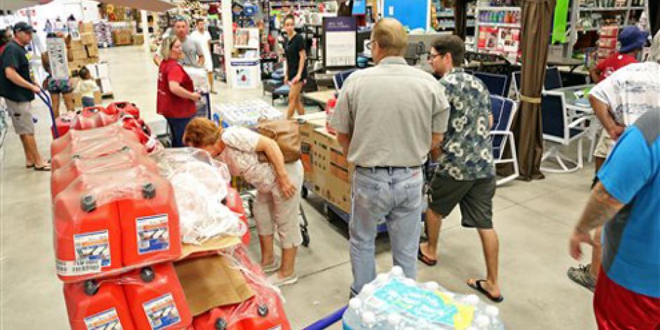 Habitantes de Florida vacían tiendas ante arribo de huracán Matthew
