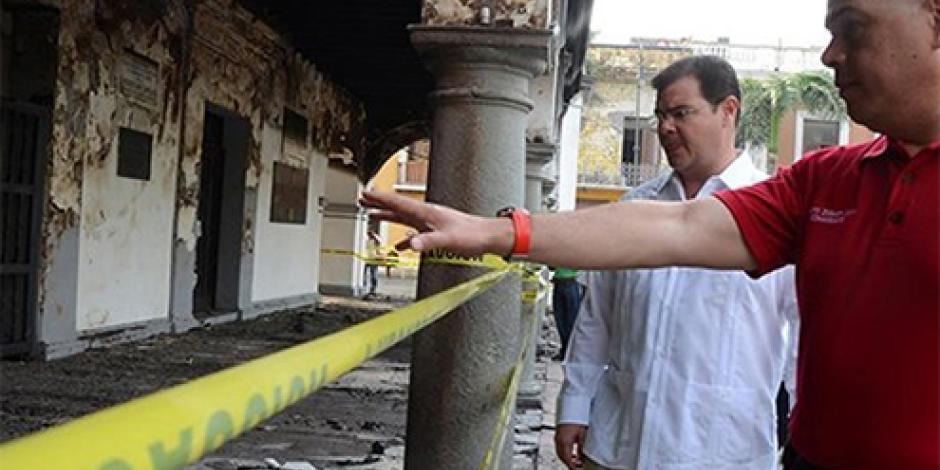Incendio causa daños menores en fachada de alcaldía de Veracruz
