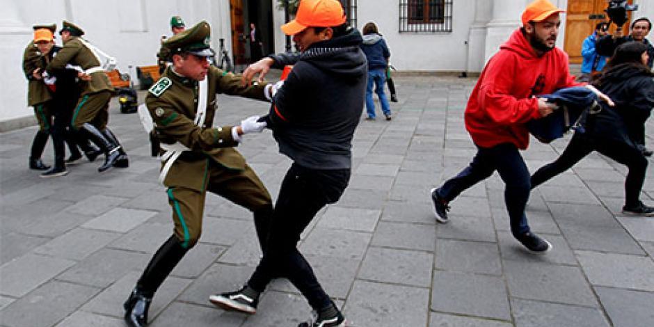 Estudiantes chilenos irrumpen en palacio presidencial