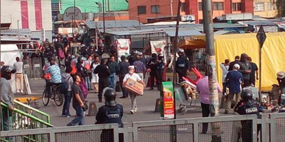 Realizan operativo para quitar ambulantes de La Raza