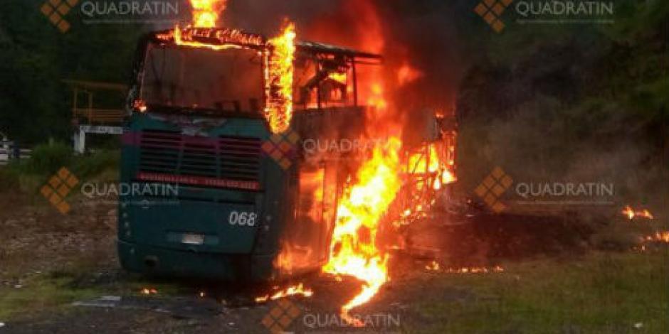 Normalistas queman autobús en Paracho, Michoacán