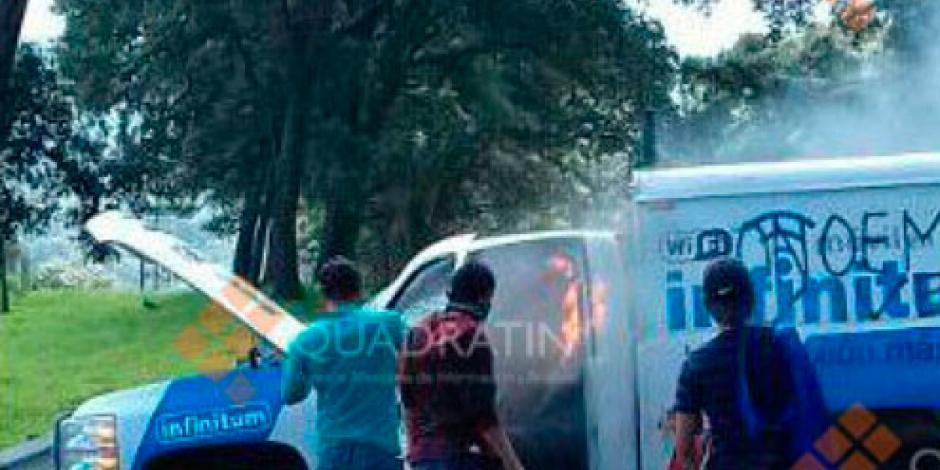 Normalistas reinician bloqueos en Michoacán; queman vehículos