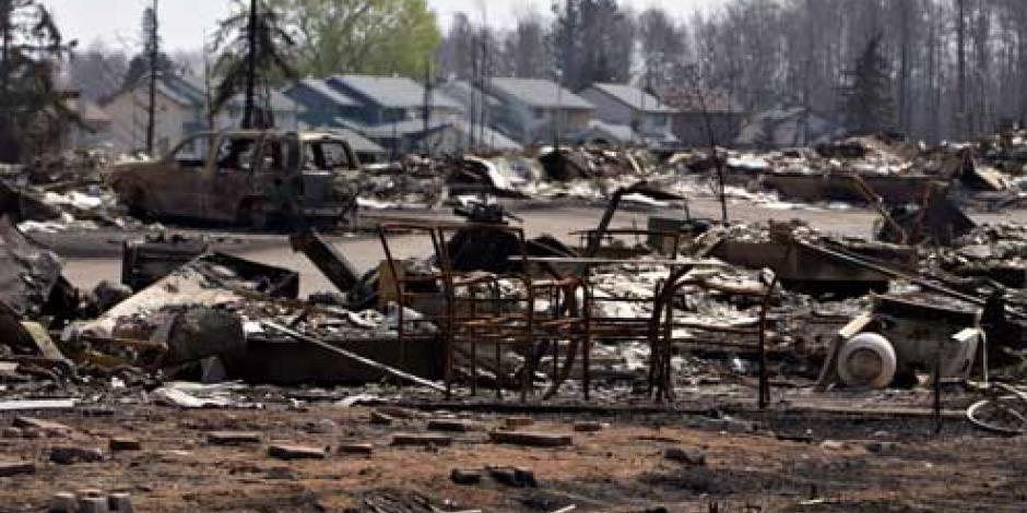 Desalojan campos petroleros por incendio forestal en Canadá