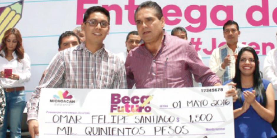 Aureoles entrega becas a 34 mil estudiantes de Michoacán